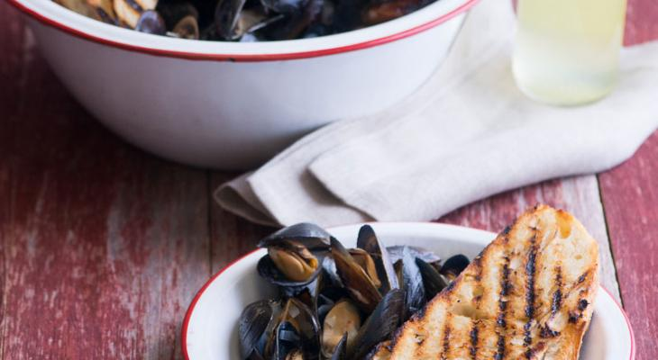 Grilled Mussels w/White Wine, Tarragon, Shallot Butter & Grilled Roasted Garlic Loaf